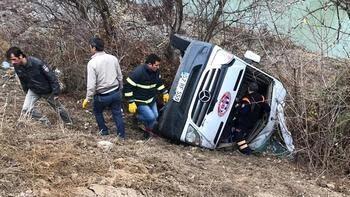 Son dakika... Hentbol takımını taşıyan minibüs devrildi Ölü ve yaralılar var